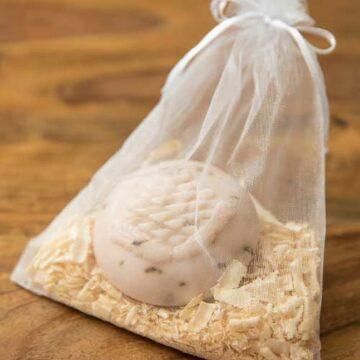 Schafsmilchseife mit Zapfendesign